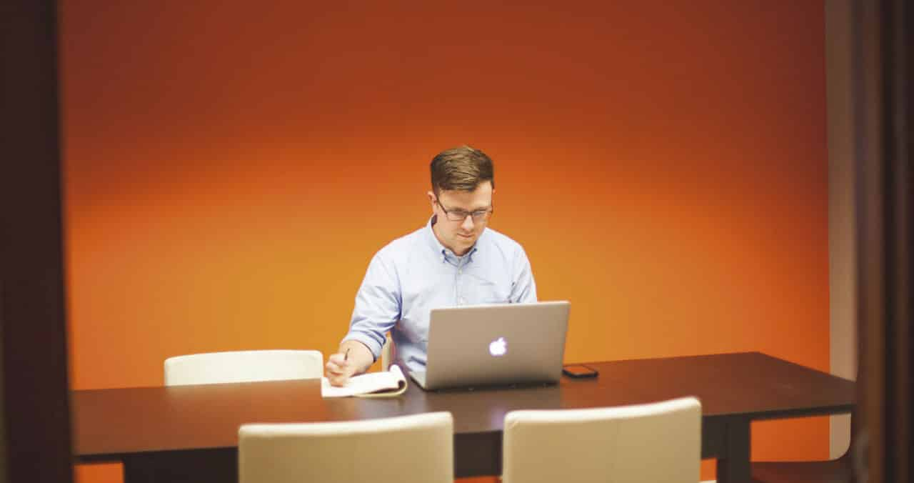 Hacer la revisión semanal en tu despacho o en casa para ser más productivo