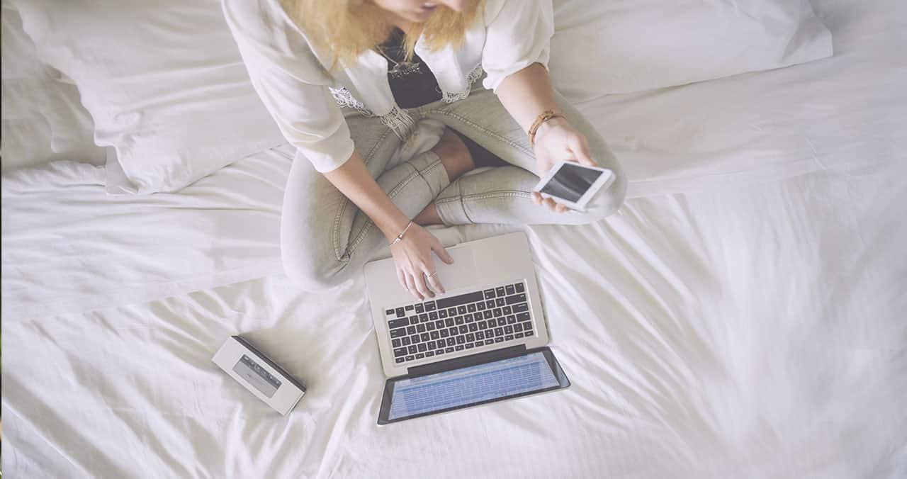 Libertad trabajando desde la cama